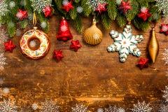 Julgarnering på träbakgrund royaltyfri fotografi