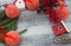 Julgarnering på träbakgrund arkivbilder