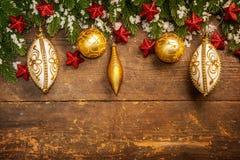 Julgarnering på träbakgrund royaltyfria foton
