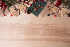 Julgarnering på träbakgrund med kakor, granträdet, kanel, gåva och leksaker Kopieringsutrymme, bästa sikt Arkivbild