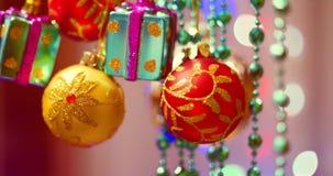 Julgarnering på träd med julljus Garnering på en julgran med en boll, pilbågar, stjärnor och lager videofilmer