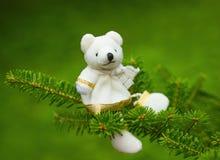 Julgarnering på trädbjörnen Arkivbild