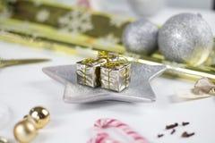 Julgarnering på vitbakgrund Arkivfoto