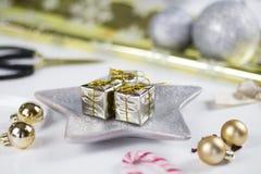 Julgarnering på vitbakgrund Arkivbild