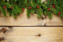 Julgarnering på wood bakgrund royaltyfri bild