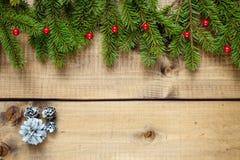 Julgarnering på wood bakgrund royaltyfri fotografi