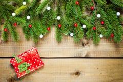 Julgarnering på wood bakgrund arkivfoto