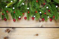 Julgarnering på wood bakgrund royaltyfri foto