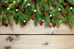 Julgarnering på wood bakgrund arkivbilder