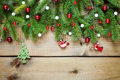 Julgarnering på wood bakgrund arkivbild
