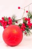 Julgarnering, röd boll på vit bakgrund Royaltyfri Bild