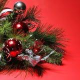 Julgarnering. Röda och silverbollar på julgranen Royaltyfri Fotografi