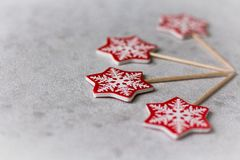 Julgarnering: röda snöflingor på en pinne på en ljus bakgrund fotografering för bildbyråer
