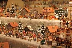 Julgarnering som är till salu på adventmarknad Royaltyfri Foto