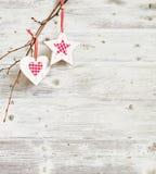 Julgarnering som hänger över grungeträbräde Arkivbild