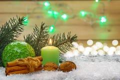 Julgarnering, stearinljus, muttrar, kanelbruna pinnar Fotografering för Bildbyråer