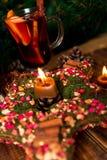 Julgarnering, stjärna med stearinljuset med funderat vin i bakgrund Vintervärmedrink nytt år royaltyfri fotografi