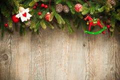 Julgarnering över gammal träbakgrund Royaltyfri Fotografi