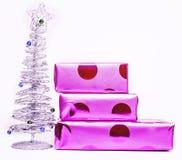 Julgarnering, vit bakgrund för vykorthälsningar, leksakdesign på trädmakroen, stilfull gåvalila Arkivfoto