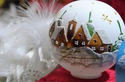 Julgarnering - vit glass flaska med den målade hus och kyrkan arkivbild