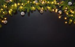 Julgarneringbakgrund över den svarta svart tavlan royaltyfri fotografi