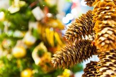 Julgarneringbakgrund: sörja, och cypresskottar med ris i de andra garneringgirlanderna kopierar utrymme Arkivbild