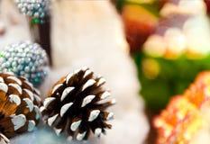 Julgarneringbakgrund: sörja, och cypresskottebollar med ris i de andra garneringgirlanderna kopierar utrymme Fotografering för Bildbyråer