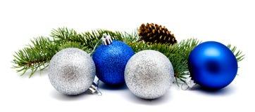 Julgarneringblått och silverbollar med grankottar och fi royaltyfri foto