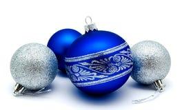 Julgarneringblått och silverbollar som isoleras på en vit arkivfoto