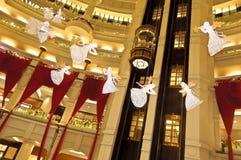 Julgarneringen på starhillshoppingmitten Arkivfoton