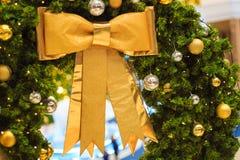 Julgarneringtillbehören, den guld- pilbågen, den ljusa kulan, gritter klumpa ihop sig Arkivfoto