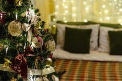 Julgarneringträd, säng, ljus Royaltyfri Bild