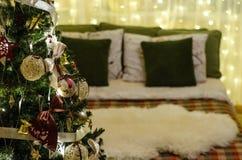 Julgarneringträd, säng, ljus Royaltyfria Bilder