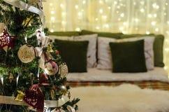 Julgarneringträd, säng, ljus Royaltyfria Foton