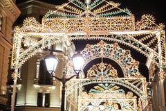 Julgatagarneringar i Moskva fotografering för bildbyråer