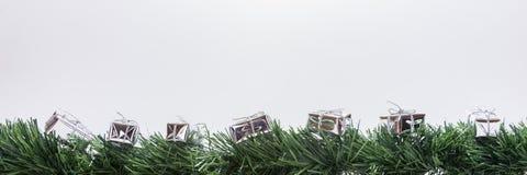 Julgirland med silvergåvaaskar Arkivfoto