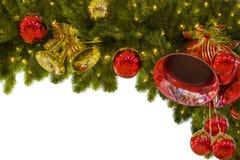 Julgirlanden av bollar och filialer av granen, för en ram, kan användas som en mall för nytt års ram eller hälsning royaltyfri fotografi