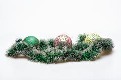 Julglitter med prydnader eller garnering på vit bakgrund Julgarneringbegrepp Glitter och bollar med royaltyfri bild