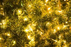 Julglodboll på bakgrunden för girland för filialgran den glödande, för ` s för jul eller för nytt år arkivfoto