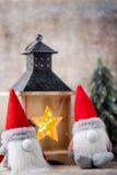 Julgnom och santa hatt Den Seamless modellen kan användas för wallpaperen, modellpåfyllningar, rengöringsduksidabakgrund, surface Fotografering för Bildbyråer