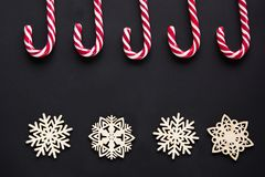 Julgodis med den vita snöflingan på svart bakgrund vita röda stjärnor för abstrakt för bakgrundsjul mörk för garnering modell för Fotografering för Bildbyråer