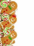 Julgräns av pepparkakamän och godisar Arkivbilder