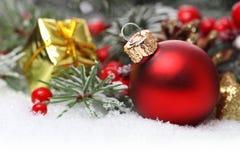Julgräns med prydnaden Fotografering för Bildbyråer