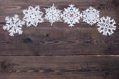 Julgräns - träbakgrund med snöflingor Royaltyfri Bild