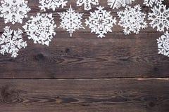 Julgräns - träbakgrund med snöflingor Arkivfoto