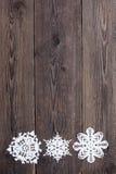 Julgräns - träbakgrund med snöflingor Fotografering för Bildbyråer