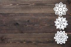 Julgräns - träbakgrund med snöflingor Arkivfoton