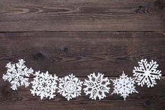 Julgräns - träbakgrund med snöflingor Royaltyfri Foto