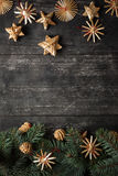 Julgränsdesign på träbakgrunden Royaltyfri Bild