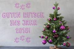 Julgran cementvägg, nytt år för Guten Rutsch 2018 hjälpmedel Arkivfoton